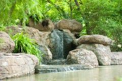 Wasserfall im Garten Stockbild