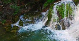Wasserfall im Garten stock video