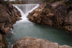 Wasserfall im Gebirgsfluss Stockfotografie