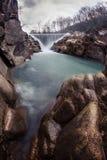 Wasserfall im Gebirgsfluss Lizenzfreie Stockbilder