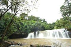 Wasserfall im grünen Wald Lizenzfreies Stockbild