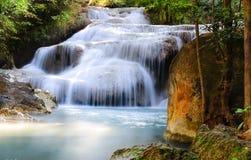 Wasserfall im Großen Wald Lizenzfreie Stockfotos