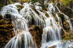 Wasserfall im Herbst Lizenzfreie Stockfotografie