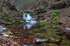 Wasserfall im Herbstwald Stockfotografie