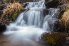 Wasserfall im Herbstwald Lizenzfreie Stockfotografie