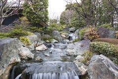 Wasserfall im japanischen Garten stockbild