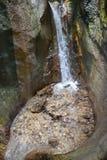 Wasserfall im Kreisraum am sapte scari Wasserfall von Brasov Lizenzfreies Stockbild