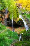Wasserfall im mountin Stockbilder
