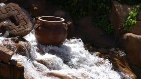 Wasserfall im Nebenfluss und im Topf stock video