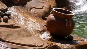 Wasserfall im Nebenfluss und im Topf stock footage