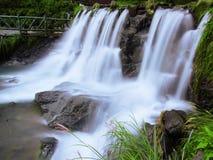 Wasserfall im Park lizenzfreie stockbilder