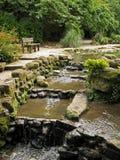Wasserfall im Park lizenzfreies stockbild