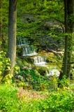 Wasserfall im Park stockfotos