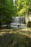 Wasserfall im Sonnenlicht lizenzfreies stockfoto