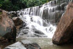 Wasserfall im tiefen Regenwalddschungel Lizenzfreie Stockfotos