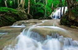 Wasserfall im tiefen tropischen Wald an Nationalpark Erawan Stockbilder