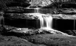 Wasserfall im tiefen Wald Lizenzfreie Stockbilder
