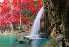 Wasserfall im tiefen Wald an Erawan-Wasserfall Nationalpark Lizenzfreie Stockbilder