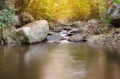 Wasserfall im tropischen Wald mit Sonnenlicht Lizenzfreie Stockfotografie