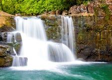 Wasserfall im Wald Asien Thailand lizenzfreies stockfoto