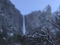 Wasserfall im Winter lizenzfreies stockfoto