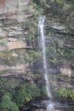 Wasserfall innerhalb des Gebirgstaus lizenzfreies stockfoto