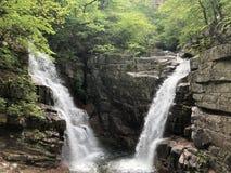 Wasserfall irgendwo in den Bergen lizenzfreie stockfotos