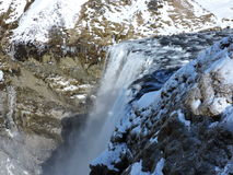Wasserfall Island mit Landschaft Stockfotos