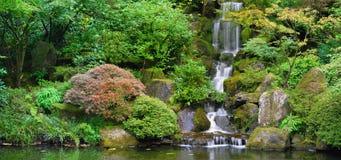 Wasserfall am japanischen Garten-Panorama lizenzfreie stockbilder
