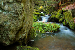Wasserfall - Kaskade im Herbstwald Lizenzfreie Stockbilder
