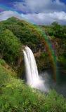 Wasserfall in Kauai Hawaii mit Regenbogen Stockbild