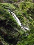 Wasserfall kreuzt eine Trekkings-Spur im Annapurna-Himalaja Stockbild