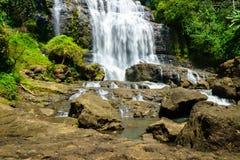 Wasserfall, Landschaftslandschaft in einem Dorf in Cianjur, Java, Indonesien Lizenzfreie Stockbilder