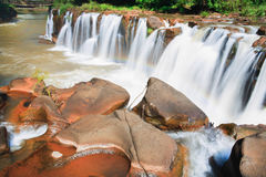 Wasserfall in Laos mit rotem Wasser Lizenzfreies Stockbild
