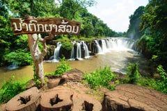 Wasserfall in Laos mit rotem Wasser Lizenzfreie Stockbilder