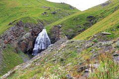 Wasserfall-mädchenhafte Borten zwischen den Bergen von Nord-Cauca Stockfotografie