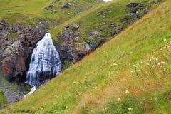 Wasserfall-mädchenhafte Borten zwischen den Bergen von Nord-Cauca Lizenzfreie Stockfotos
