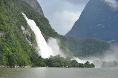 Wasserfall in Milford Sound lizenzfreie stockbilder