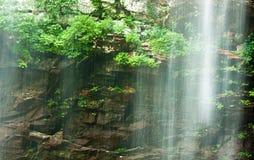 Wasserfall mit ätherischem Blick lizenzfreie stockfotografie