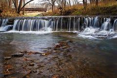 Wasserfall mit Brücke Stockfoto