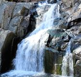 Wasserfall mit bunten Felsen Lizenzfreie Stockfotos