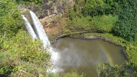 Wasserfall mit einem Regenbogen lizenzfreies stockfoto