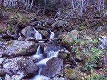 Wasserfall mit Felsen Stockfotos