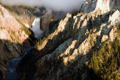 Wasserfall mit Fluss unten Stockfotos