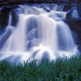 Wasserfall mit Gras Lizenzfreies Stockbild