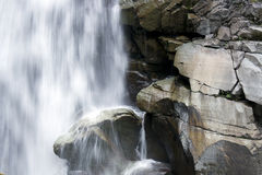 Wasserfall mit großen Felsen Stockfotografie