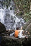 Wasserfall mit Mädchenblick auf sumatra Lizenzfreie Stockfotografie