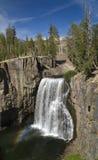 Wasserfall mit Regenbogen Stockfotos