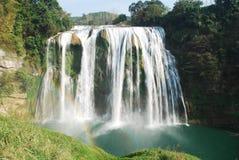 Wasserfall mit Regenbogen Stockfotografie