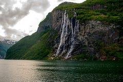 Wasserfall mit sieben Schwestern lizenzfreie stockfotografie